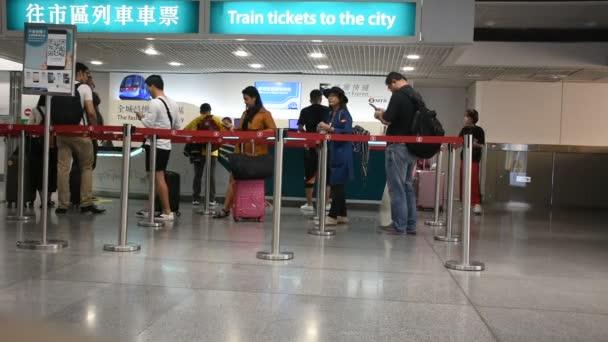 Hongkong, Čína – 3. září: Čínského lidu a cizinec cestovatel čekání line up koupit autobusy lístek od přepážky lístky na letiště v Hong Kongu na 3 září 2018 v Hong Kong, Čína