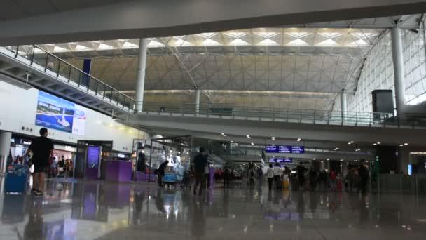 Číňané a foriegners lidí, kteří jdou v terminálu 1 mezinárodního letiště v Hong Kongu nebo letiště Chek Lap Kok na 3 září 2018 v Hongkongu, pevninské Číny