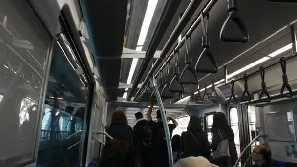 Tokio, Japonsko-26. března: japonští lidé a cestující v cizinecké cestovatelce a na cestách z Mrttského vlaku Rinkai line jdou do tokijského velkého pohledu ve městě Koto, 26. března 2019 v Tokiu, Japonsko
