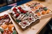 Krásně zdobené stravování banket stůl s různými potravin jídla a předkrmy