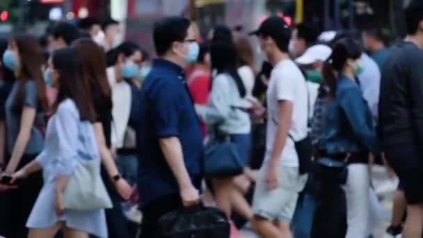 Hong Kong metrosunda tıbbi maske takan tanınmamış insanların yavaş çekimleri. Coronavirus konsepti