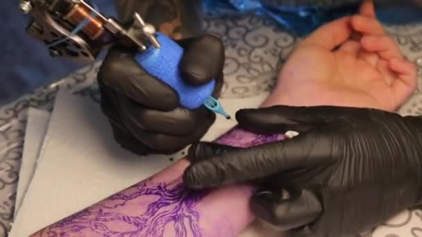 zblízka kreslit tetování na paži