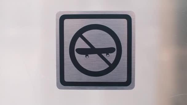 Podpis u vchodu, zákaz používání bruslí na území.
