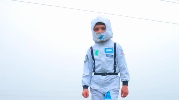 Ein Junge im Astronautenkostüm sucht eine Raumstation auf dem Planeten
