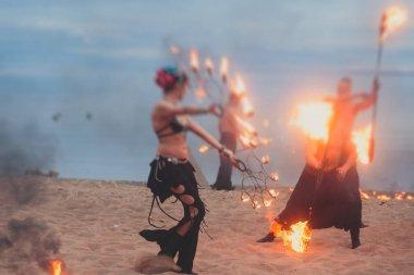 Ateş sanatçılarından oluşan bir grup fakir, alev makineleri, ateş dansçıları, ateş zinciri ve aşırı ateş solunumuyla inanılmaz bir gösteri sergiliyor.
