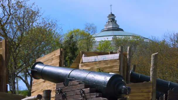 Děla z 18.století se podílí na obranu města. Obranné struktury, pomocí střelných zbraní. Rekonstrukce prvního obrany města Sevastopol