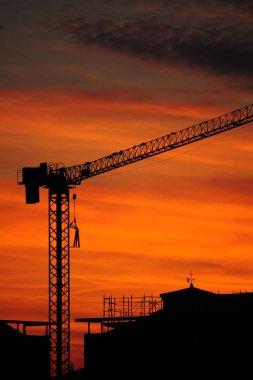 Tramonto sulla citt in costruzione, il traliccio della gru contro il cielo