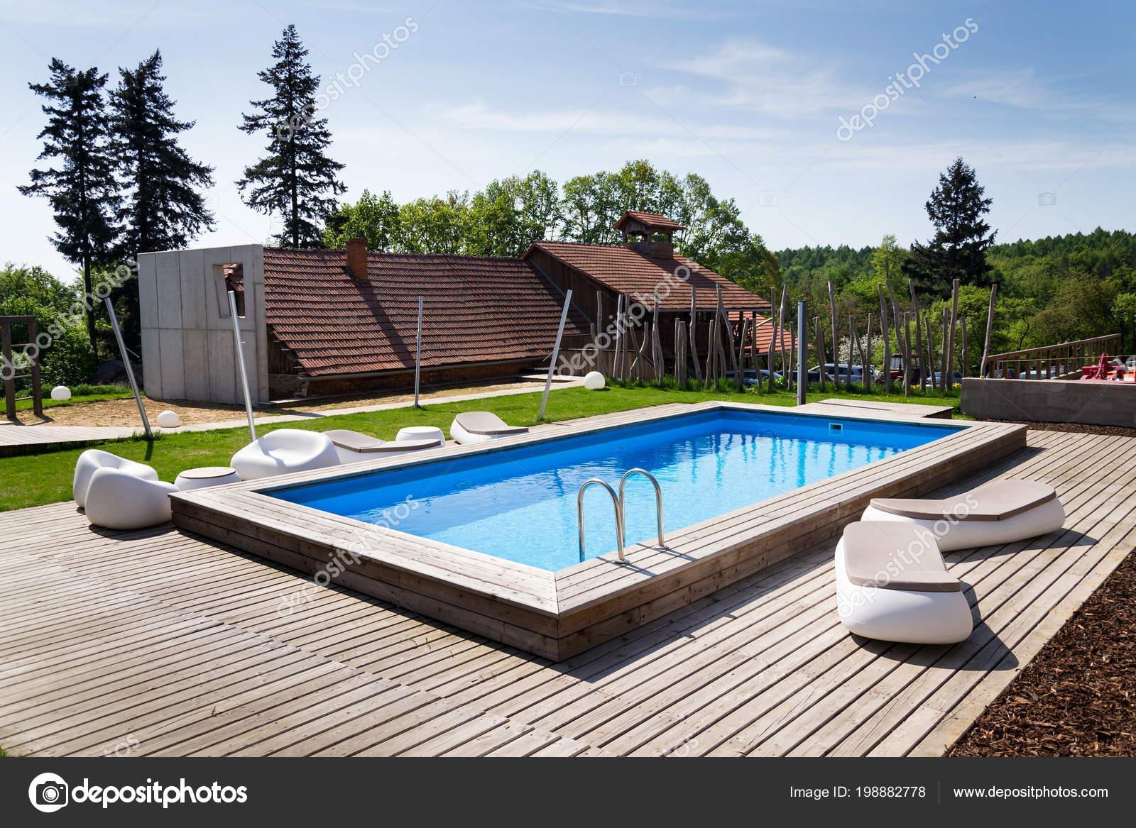 Mooie buiten skimmer zwembad met houten vloeren inox for Houten trap buiten