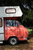Dolní kalné, Česká republika - 25 srpna 2018: Vintage auto Škoda 1203 oldsmobile veterán upraveny jako přívěs pro bydlení stojí na 25 srpna 2018 v dolní kalné, Česká republika.
