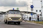 Vrchlabí, Česká republika - 25 srpna 2018: Vintage auto Škoda 1203 sanitka oldsmobile veterán opuštění podniku Škoda Vrchlabí na 25 srpna 2018 ve Vrchlabí, Česká republika.