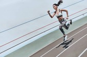 Sportive žena v sportovní oblečení, běhání na stadionu
