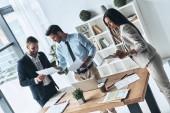 Moderní lidé diskutovat podnikání přitom stát v kreativní úřadu s doklady