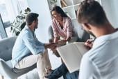 manželé sedí na sezení s psychologem a drželi se za ruce