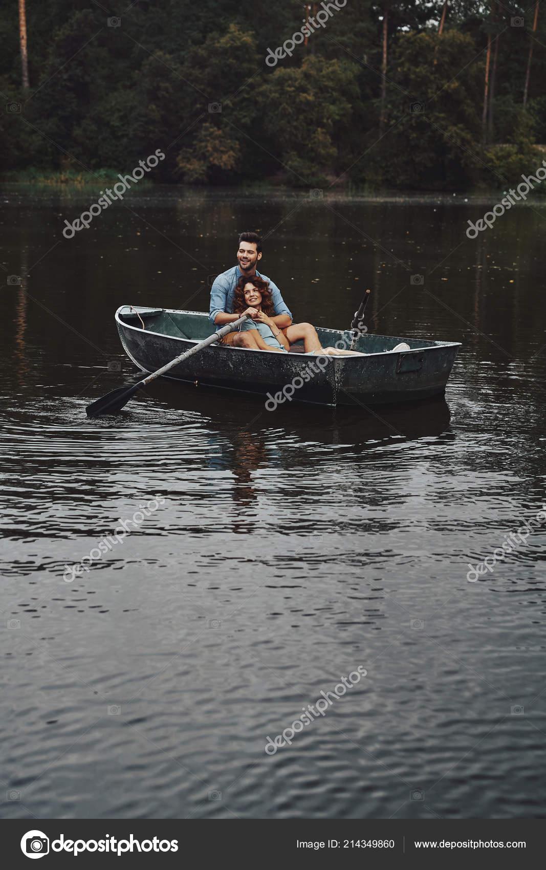 Фото молодые в лодке