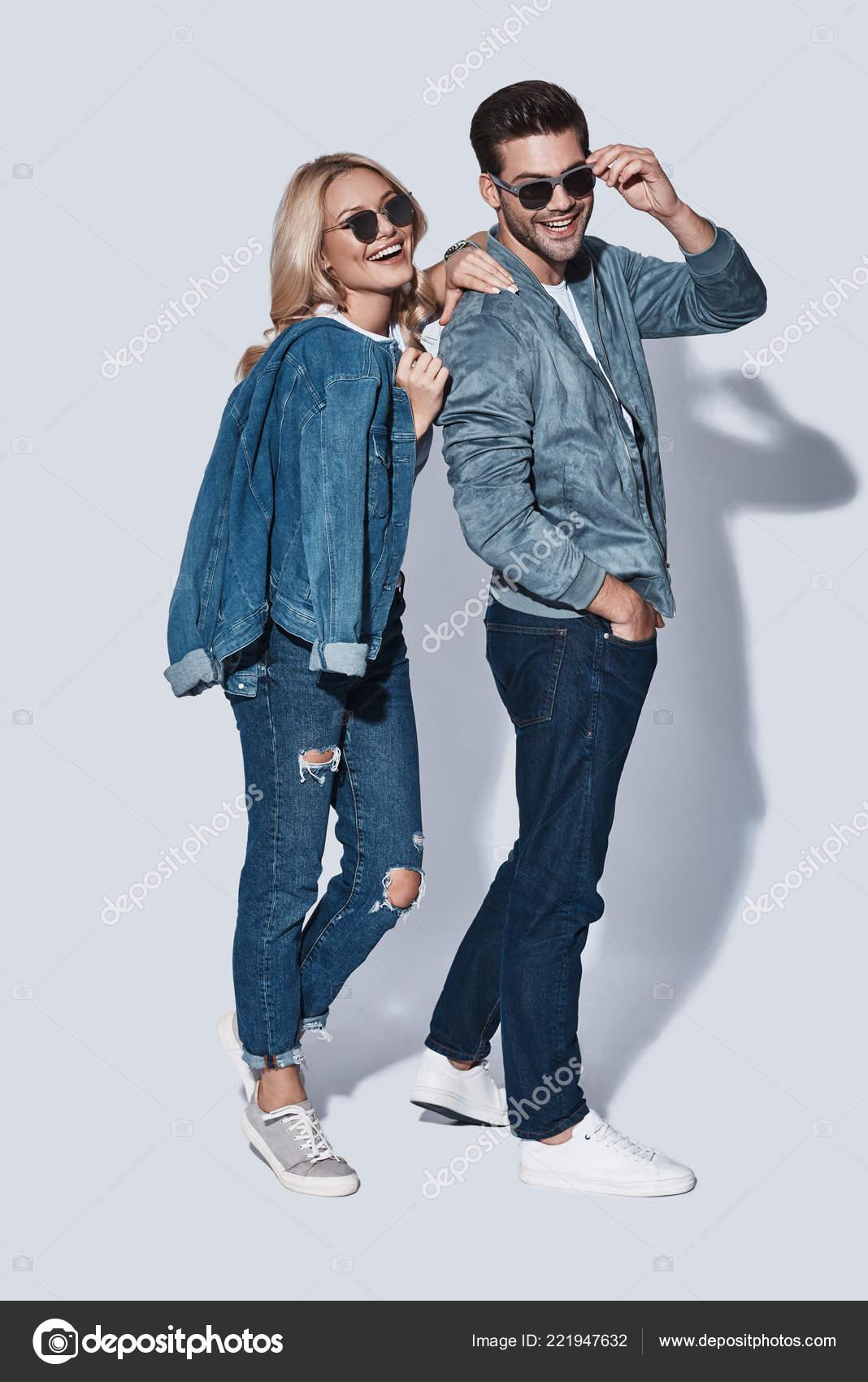 f4fc28b152097 Moda Homem Mulher Jeans Desgaste Posando Estúdio Usando Óculos Sol —  Fotografia de Stock