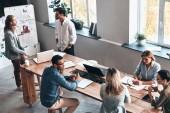 práci v moderní kanceláři na dřevěný stůl s notebooky a doklady se spolupracovníky