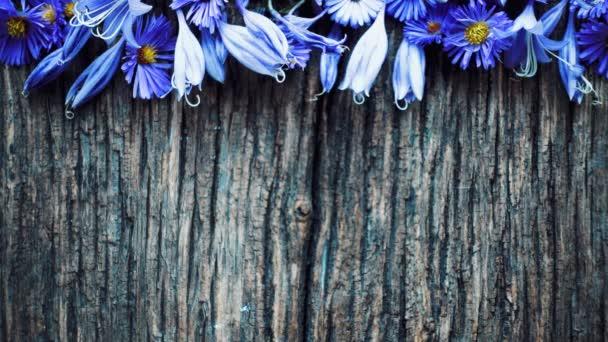 Uspořádání květin na dřevěné desce.