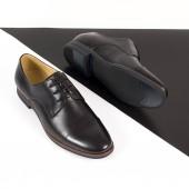 Černé Pánské kožené boty izolovaných na bílém pozadí