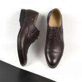 Klasický pár hnědých obuvi, izolované na bílém a černém pozadí se stínem