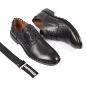 Černoch kožené boty s tkaničku na bílém pozadí