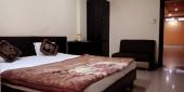 DISTRICT KATNI, INDIA - Október 03, 2019: Indiai szállodai szoba a turisták számára D fokozatú város normál felszereltséggel.