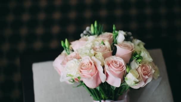 Růže jemně růžová krásná kytice. Kytice sebraná květinářem.