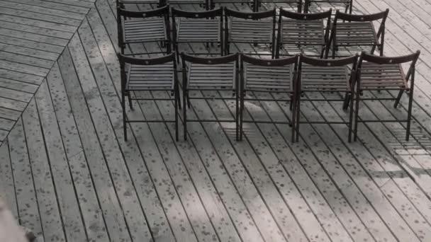 hnědé židle stojí v řadách na terase