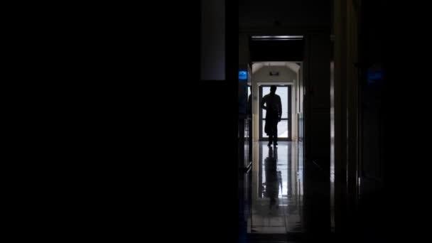 Podsvícený muž s bundou neobvyklý výstřel