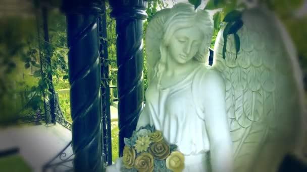 Postava modlícího se anděla. Velmi starobylá kamenná socha. Smrt. Smutný anděl jako symbol bolesti, strachu a konce života.