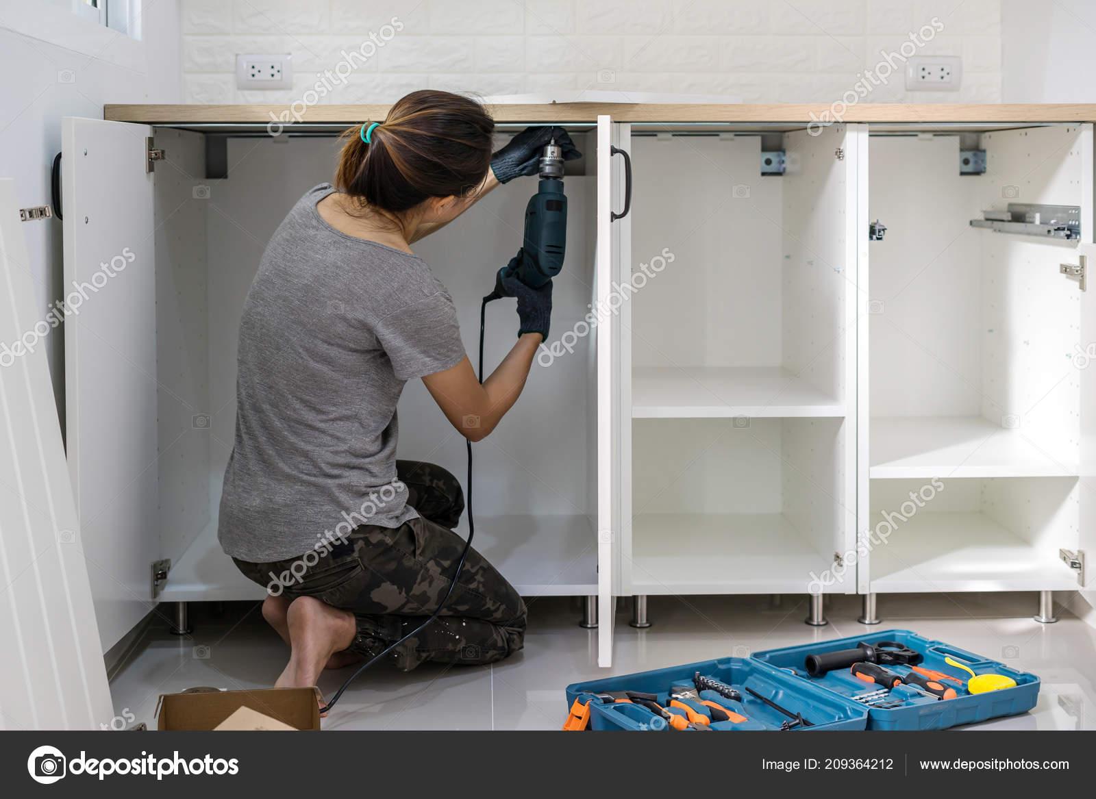 Mujer Joven Con Destornillador Eléctrico Para Muebles Cocina ...