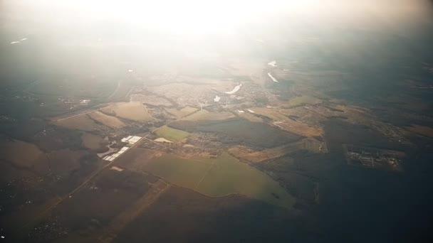 Obloha během dne z okna okna letadla.