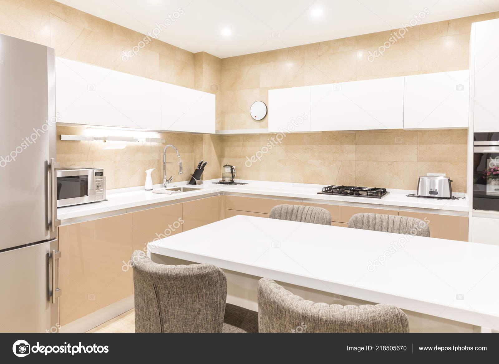Moderne Neue Kuche In Einer Luxuriosen Ferienwohnung Stockfoto