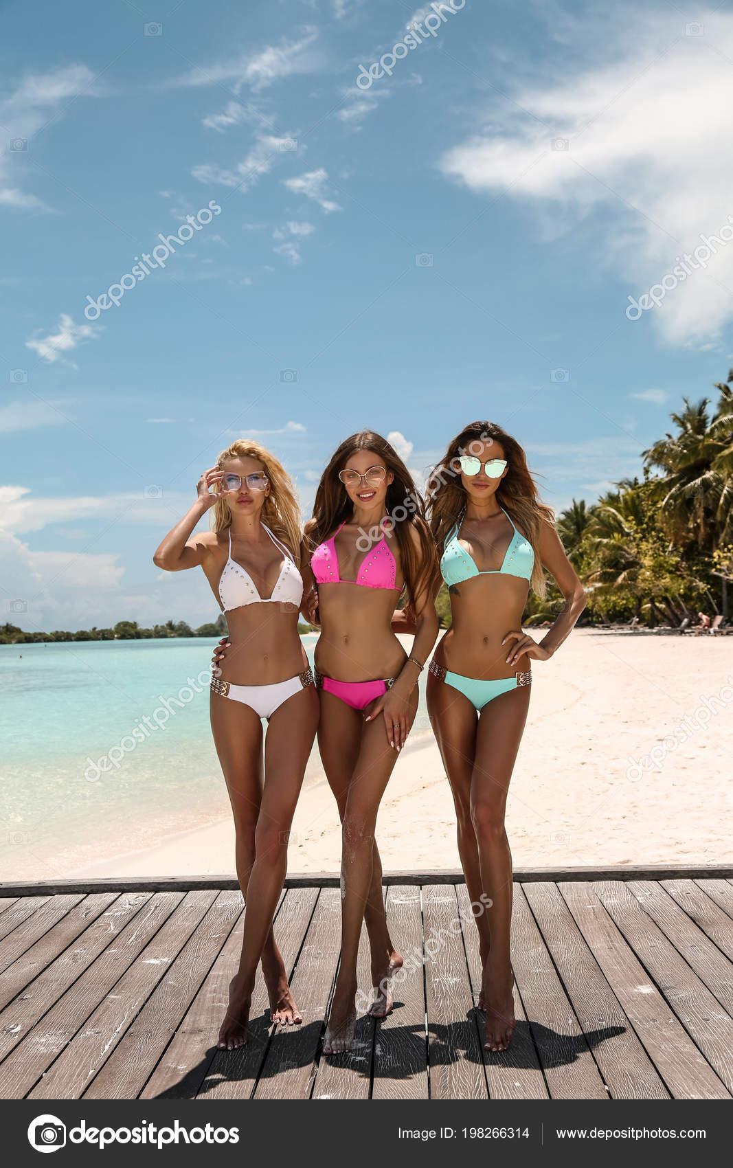 Мальдивы пляж девочки в бикини