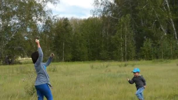 Matka s malým synem létání draka venkovní