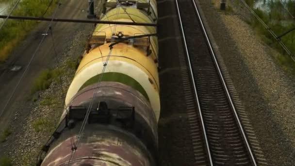 jedoucí nákladní vlak