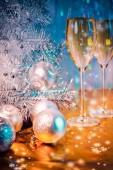 Vánoční strom, hračky balónky a sklenic vína s večerním osvětlením