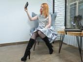Bájos szabadúszó lány dolgozik laptop és telefon