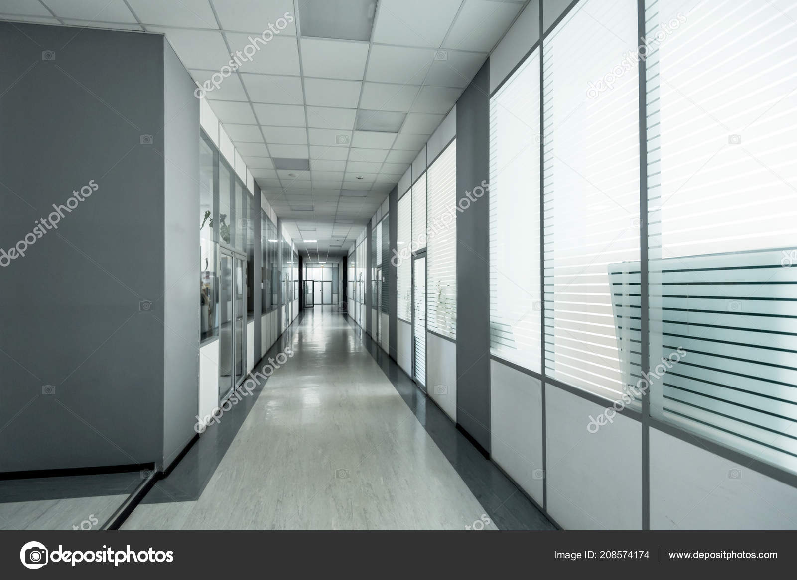 Couloir vide dans l immeuble de bureaux moderne u photographie