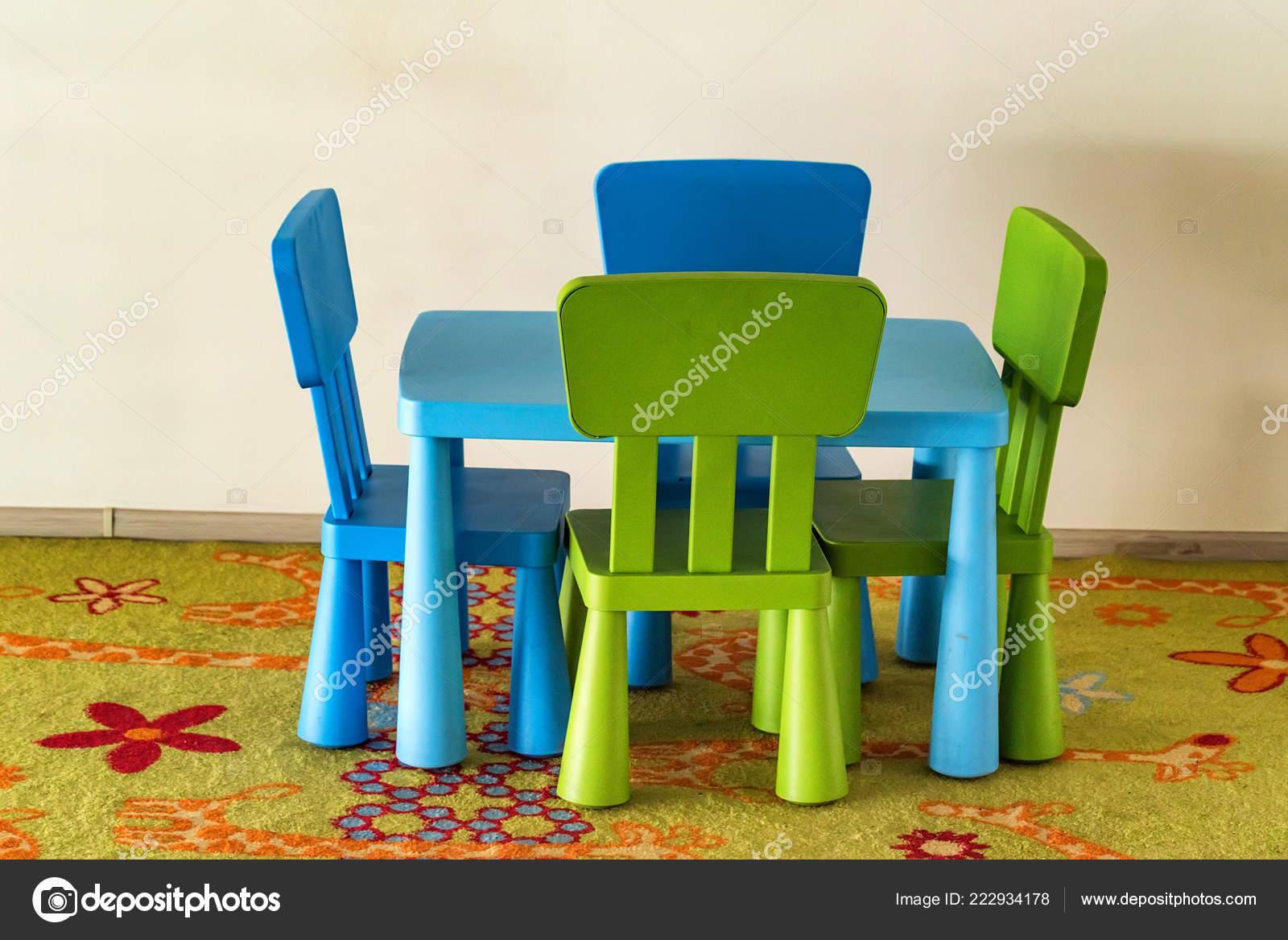 Kleine Bunte Tisch Und Stühle Für Kinder Stockfoto Yakovoskanov