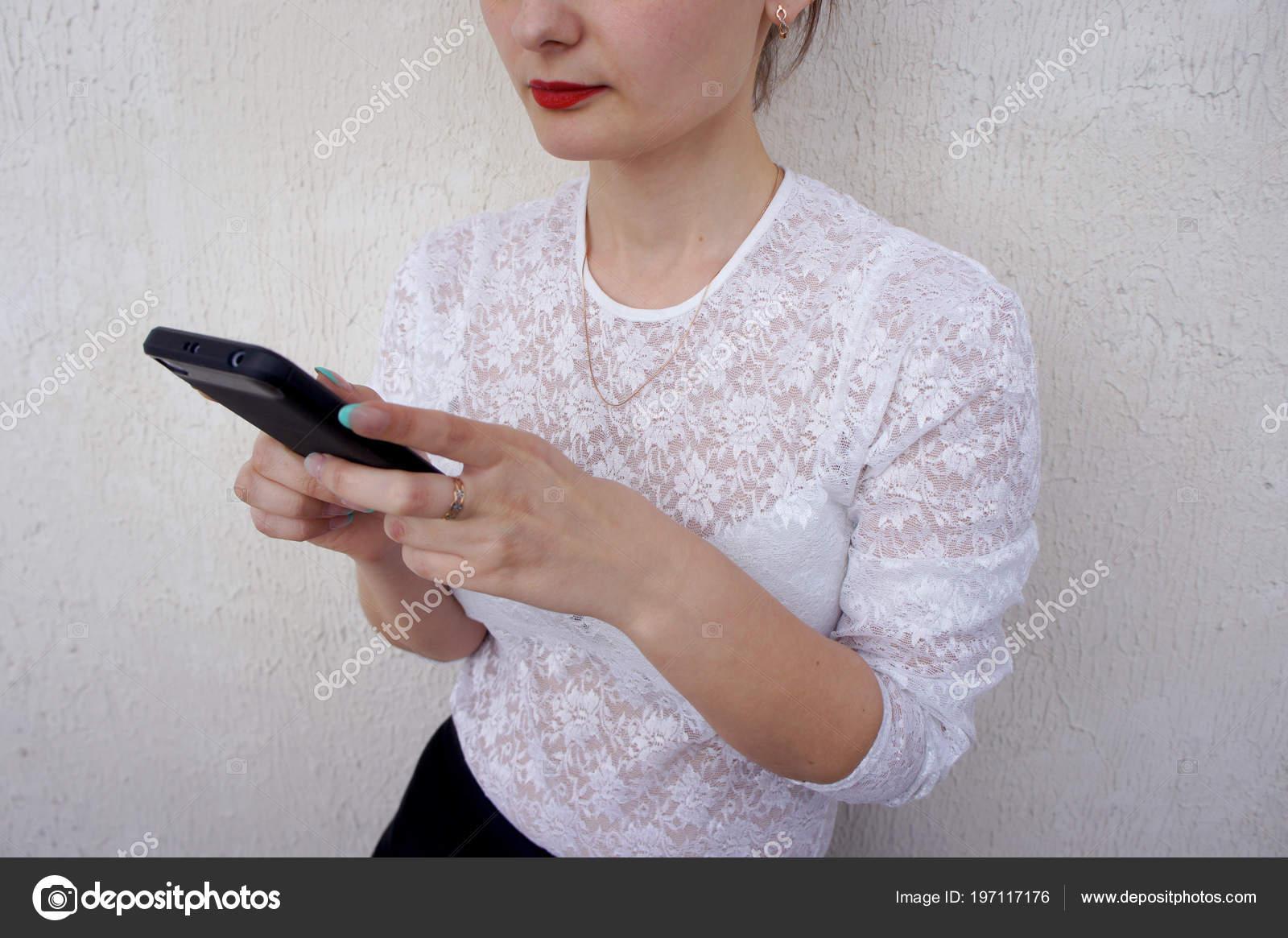 Νεαρή Γυναίκα Στην Λευκή Τιραντάκι Μπλούζα Τηλέφωνο Όμορφα Γυναικεία Χέρια  — Φωτογραφία Αρχείου b6a56265b36