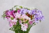 kytice růžové a fialové květy