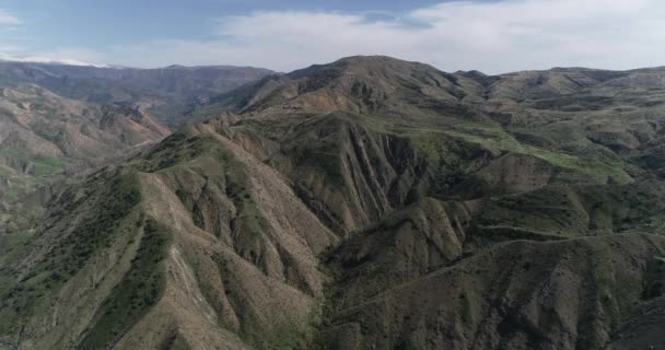 Letecký pohled na zelené vrcholky Kavkazu