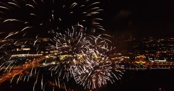 helles prächtiges Feuerwerk über dem Stadtbild in der Nacht