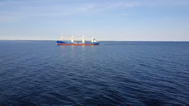 hromadný dopravce s bílými ocelovými věžemi plachty na hlubinné vodě