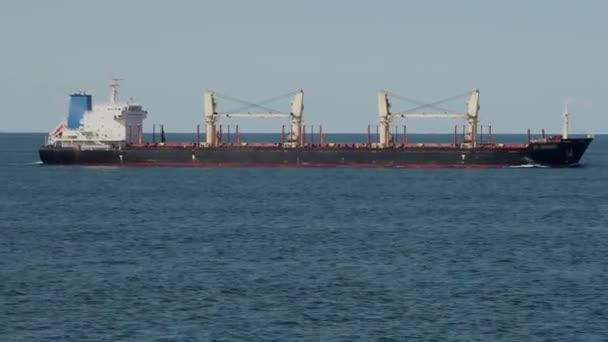 nagy, hosszú szürke konténerszállító hajó sodródik a dán szorosban