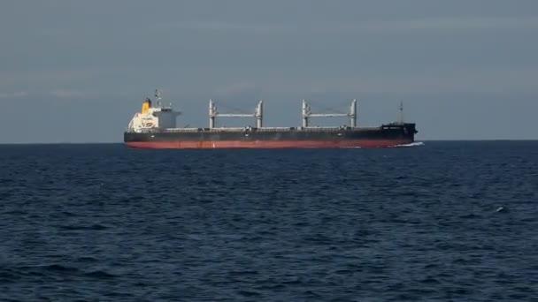 ohromný objemný nosič pluje rychle mezi dánskými průlivy