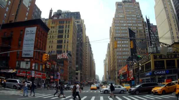 New York, Usa - 04 červenec, 2018: Taxi zastavili v provozu Manhattanu založení shot z New Yorku