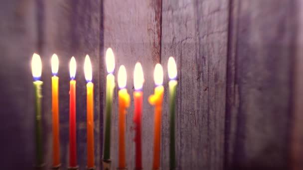 Menorah, gyertyákkal a Hanuka ellen defocused fények szelektív lágy fókusz,