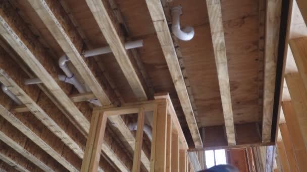 Közeli kép: új stick épített home alatt alatt kék ég keretezés szerkezet fa keret a faházak-otthon.