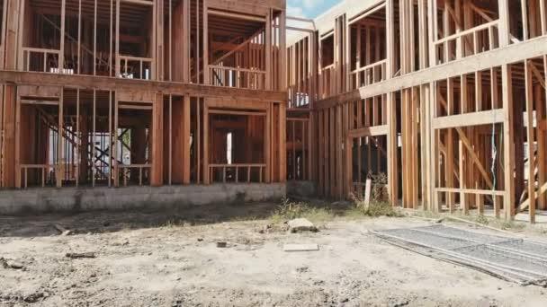 Residenziale casa incorniciata. Mostra le travi del nuovo residenziale casa incorniciano le pareti di legno